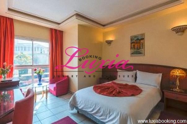 En plein coeur de Marrakech: Une nuit pour 2 adultes + 1 enfant (-12ans) en Demi pension à Hotel Corail seulement à 449 Dh!!!!